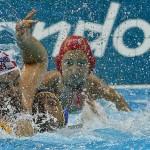 LONDRES. El jugador español Felipe Perrone Rocha (c) pelea por el balón con el croata Niksa Dobud (i) durante el partido de Waterpolo que las selecciones de España y Croacia. Foto: EFE