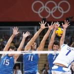 LONDRES. El jugador de Italia Michal Lasko (d) remata ante tres jugadores de Argentina durante el encuentro de voleibol de la fase de grupos de los Juegos Olímpicos de Londres 2012. Foto: EFE