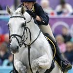 LONDRES. La jinete italiana Vittoria Panizzon monta a su caballo 'Borough Pennyz' durante la final del salto ecuestre dentro del Concurso Completo hípico de Londres 2012, en el parque de Greenwich. Foto: EFE