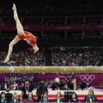 LONDRES. La estadounidense Kyla Ross durante la prueba de barra de equilibrio del campeonato por equipos de gimnasia artística femenina en Londres 2012. Foto: EFE