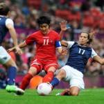 MANCHESTER. La norcoreana Sim Chung Kim (c) es marcada por la estadounidense Tobin Heath (d) durante un partido de fútbol femenino por los Juegos Olímpicos Londres 2012. Foto: EFE