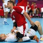 LONDRES. El jugador de Dinamarca Michael Knudsen tras caer sobre el español Julen Aguinagalde, durante el encuentro de balonmano de la fase de grupos de los Juegos Olímpicos. Foto: EFE