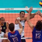 LONDRES. Dante Amaral (2-d) de Brasil enfrenta con sus compañeros a Rusia, durante el partido de la ronda preliminar de Voleibol de los Juegos Olímpicos Londres 2012. Foto: EFE