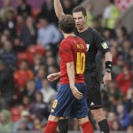 MANCHESTER. El árbitro australiano Benjamin Williams saca tarjeta amarilla al delantero español Juan Mata, durante el partido de primera fase del torneo de fútbol de los Juegos Olímpicos de Londres 2012. Foto: EFE