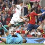 MANCHESTER. El delantero español Juan Mata se lleva el balón ante el defensa marroquí Zouhair Feddal y el portero Mohamed Amsif, durante el partido de primera fase del torneo de fútbol de los Juegos Olímpicos de Londres 2012. Foto: EFE