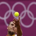 LONDRES. El tenista belga Steve Darcis realiza un saque durante su partido contra Nicolás Almagro en la quinta jornada de tenis de los Juegos Olímpicos de Londres 2012. Foto: EFE