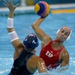 LONDRES. La jugadora de España Anni Espar (d), intenta superar la defensa de la jugadora de Estados Unidos Courtney Mathewson, durante el partido de la fase de grupos del torneo olímpico de waterpolo en el Centro Acuático de Londres. Foto: EFE