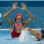 LONDRES. La guardameta de España Laura Ester (detrás) intenta detener el lanzamiento de la jugadora de Estados Unidos Kami Craig, durante el partido de la fase de grupos del torneo olímpico de waterpolo en el Centro Acuático de Londres. Foto: EFE
