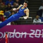 LONDRES. El estadounidense Danell Leyva realiza su ejercicio de barra horizontal durante la final del concurso múltiple individual de gimnasia artística masculino durante los Juegos Olímpicos de 2012. Foto: EFE