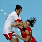 LONDRES. La jugadora de la selección española Carmen Martín (d) pugna un balón con la jugadora de Dinamarca Christina Krogshede durante el partido de la fase de grupos del torneo olímpico de balonmano. Foto: EFE