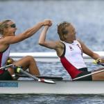 DORNEY. Las danesas Anne Lolk Thomsen (izq) y Juliane Rasmussen se dan la mano tras haber cruzado la línea de meta en la semifinal de doble scull ligero femenino de la competición de remo de los Juegos Olímpicos de Londres 2012. Foto: EFE