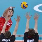 LONDRES. El serbio Aleksandar Atanasijevic (d) golpea la bola ante la defensa alemana durante su encuentro de la ronda preliminar de voleibol masculino entre Alemania y Serbia de los Juegos Olímpicos de Londres 2012. Foto: EFE