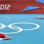 LONDRES. Varios jugadores serbios en el suelo devastados tras perder su encuentro ante Alemania de la ronda preliminar de voleibol masculino de los Juegos Olímpicos de Londres 2012. Foto: EFE