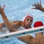 LONDRES. El jugador de la selección española Marc Minguell (detrás) intenta superar al portero de Australia Joel Dennerley durante su partido de la fase grupos del torneo olímpico de waterpolo en el Centro Acuático de Londres. Foto: EFE