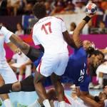LONDRES. El francés Cedric Sorhaindo (centro) lucha por el balón con los turcos Issam Tej (dcha) y Wael Jallouz (izda) durante el partido que enfrentó a ambas selecciones en la ronda preliminar de la competición de balonmano de los Juegos Olímpicos. Foto: EFE