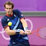 LONDRES. El tenista escocés Andy Murray devuelve la pelota al español Nicolás Almagro durante los cuartos de final masculinos de tenis disputados en Wimbledon, durante los Juegos Olímpicos de 2012. Foto: EFE