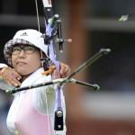 LONDRES. La surcoreana Sung Jin Lee compite en el torneo de tiro con arco femenino de los Juegos Olímpicos de Londres 2012. Foto: EFE