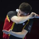 LONDRES. El alemán Dimitrij Ovtcharov sirve sobre Chih-Yuan Chuang, de Taiwán, durante su partido de tenis de mesa por la medalla de bronce en los Juegos Olímpicos Londres 2012. Foto: EFE
