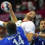 LONDRES. El húngaro Gabor Csaszar (c) lucha por el balón con los croatas Drago Vukovic (i) e Igor Vori (d) durante el partido que enfrentó a ambas selecciones en la ronda preliminar de la competición de balonmano de los Juegos Olímpicos. Foto: EFE
