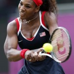 LONDRES. La tenista estadounidense Serena Williams durante el partido que ha disputado contra la danesa Caroline Wozniacki en la sexta jornada del torneo de tenis olímpico celebrado en Wimbledon. Foto: EFE