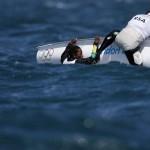 WEYMOUTH. Los sudafricanos Jim Asenathi (i) y Roger Hudson vuelcan durante la segunda carrera de la primera jornada de competición en la categoría 470, en aguas de la bahía de Weymouth, sede de vela de Londres 2012. Foto: EFE