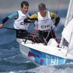 WEYMOUTH. Los chilenos Diego González (d) y Benjamín Grez, durante la primera jornada de competición en la categoría 470 en la que han finalizado vigésimo séptimos en la general con un parcial 27-21, en aguas de la bahía de Weymouth, sede olímpica de vela de Londres 2012. Foto: EFE
