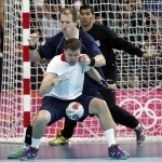 LONDRES. El jugador de Argentina Andrés Kogovsek (detrás) defiende la acción del jugador de Gran Breñana Daniel Mcmillan, en partido de la fase de grupos del torneo olímpico de balonmano en el Copper Box de Londres. Foto: EFE
