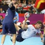 LONDRES. El argentino Pablo Sebastian Portela (i) lucha por el control del balón con el británico Daniel McMillan (d) durante el partido que enfrentó a ambas selecciones en la ronda preliminar de la competición de balonmano de los Juegos Olímpicos. Foto: EFE