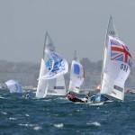 WEYMOUTH. Los británicos Luke Patience y Stuart Bithel toman el liderazgo al volcar la embarcación argentina durante la competición en la categoría 470 de vela celebrada en la bahía de Weymounth. Foto: EFE