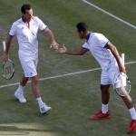 LONDRES. Los tenistas franceses Jo-Wilfried Tsonga (d) y Bruno Soares, en su partido de dobles ante los brasileños Marcelo Melo y Bruno Soares correspondiente al torneo olímpico de tenis en el All England Club de Wimbledon. Foto: EFE