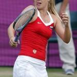LONDRES. La tenista rusa Maria Sharapova gesticula durante su partido con la belga Kim Clijsters, correspondiente al torneo olímpico de tenis que en el All England Club de Wimbledon. Foto: EFE