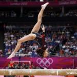 LONDRES. Los jueces observan la actuacion de la gimnasta guatemalteca Ana Sofía Gomez Porras durante su ejercicio en la barria de equilibrio en la competición de gimnasia artística de los Juegos Olímpicos de Londres 2012. Foto: EFE