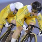 LONDRES. Las ciclistas australianas Kaarle McCulloch (i) y Anna Meares (d) compiten en la prueba de velocidad por equipos, durante las pruebas de ciclismo de pista de los Juegos Olímpicos 2012. Foto: EFE