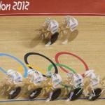 LONDRES. Fotografía multiexpuesta que muestra al equipo de Colombia durante una vuelta de calentamiento previa a la prueba de persecución por equipos, durante las pruebas de ciclismo de pista de los Juegos Olímpicos 2012. Foto: EFE