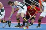 LONDRES. El jugador de España Ramón Alegre (c) lucha por la bola con Austin Smith (i), de Australia, en su partido de la fase de grupos de la competición olímpica de hockey en el Riverbank Arena de Londres. Foto: EFE