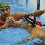 LONDRES. El estadounidense Michael Phelps (dcha) estrecha la mano del sudafricano Chad le Clos, ganador de la plata, tras su victoria en la final de los 100 metros mariposa masculino en la competición de natación en los Juegos Olímpicos en Londres 2012. Foto: EFE