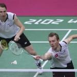 LONDRES. Los daneses Mathias Boe (i) y Carsten Mogensen compiten contra el equipo surcoreano en la semifinal de dobles masculino de la competición de bádminton en los Juegos Olímpicos de Londres 2012. Foto: EFE