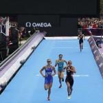 LONDRES. La triatleta suiza Nicola Spring (d), medalla de oro; la sueca Lisa Norden (i), medalla de plata y la australiana Erin Densham (c), medalla de bronce, esrpintan al final de la prueba de triatlón, correspondiente a los Juegos Olímpicos de Londres 2012. Foto: EFE