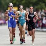 LONDRES. La suiza Nicola Spirig (d), oro, la sueca Lisa Norden (i), plata, y la australiana Erin Densham, (c), bronce, durante la prueba de triatlón femenino de los Juegos Olímpicos de Londres 2012. Foto: EFE