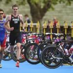 LONDRES. El triatleta español Javier Gómez (c), plata, y el británico Alistair Brownlee (d), oro, compiten en el triatlón masculino de los Juegos Olímpicos de Londres 2012. Foto: EFE