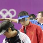 LONDRES. El chino Zhiwei Wang (centro) compite en la prueba de los 50m pistola masculino de la competición de tiro olímpico en los Juegos Olímpicos de Londres 2012. Foto: EFE