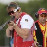 LONDRES. El tirador alemán Karsten Brindrich (i) sopla el cañón de su rifle mientras el español Jesús Serrano (d), se prepara para la prueba de tiro olímpico en foso, correspondiente a los Juegos Olímpicos de Londres 2012. Foto: EFE
