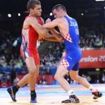 LONDRES. El egipcio Islam Tolba (rojo) se enfrenta al croata Neven Zugaj durante un combate de lucha grecorromana en la categoría de 74 kilos de los Juegos Olímpicos de Londre 2012. Foto: EFE