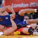 LONDRES. El chino Shujin Li (rojo) se enfrenta al ucraniano Vyugar Ragymjov durante un combate de lucha grecorromana en la categoría de 74 kilos de los Juegos Olímpicos de Londre 2012. Foto: EFE