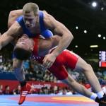 LONDRES. El lituano Aleksandr Kazakevic (rojo) se enfrenta al húnbaro Peter Bacsi durante un combate de lucha grecorromana en la categoría de 74 kilos de los Juegos Olímpicos de Londre 2012. Foto: EFE