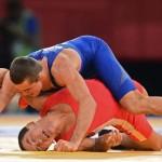 LONDRES. El cubano Gustavo Balart (rojo) se enfrenta al húnbaro Peter Modos durante un combate de lucha grecorromana en la categoría de 55 kilos de los Juegos Olímpicos de Londre 2012. Foto: EFE