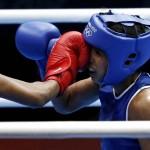 LONDRES. La brasileña Erica Matos (i) lucha con la venezolana Karlha Magliocco, en el primer combate de boxeo entre mujeres en unos Juegos Olímpicos, en el ExCeL de Londres. Foto: EFE