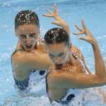 LONDRES. Las nadadoras españolas Ona Carbonell y Andrea Fuentes realizan el ejercicio de rutina técnica de dúos, en el primer día de competición de la natación sincronizada en el Centro Acuático de Londres 2012. Foto: EFE