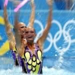 LONDRES. Las ucranianas Daria Iushko y Kseniya Sydorenko ejecutan su ejercicio de rutina técnica de dúo de la competición olímpica de natación sincronizada en Londres. Foto: EFE