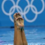 LONDRES. Las españolas Andrea Fuentes y Ona Carbonell ejecutan su ejercicio de rutina técnica de dúo de la competición olímpica de natación sincronizada en Londres. Foto: EFE